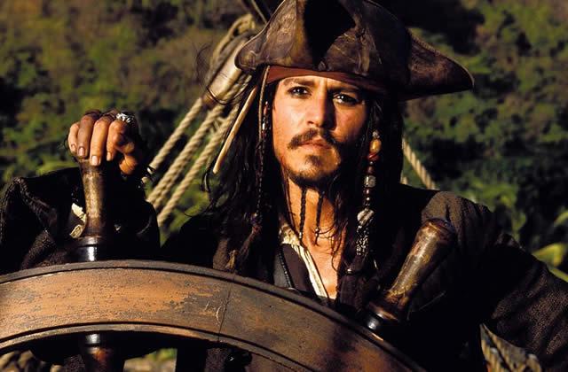 Johnny Depp et Keith Richards enlacés.