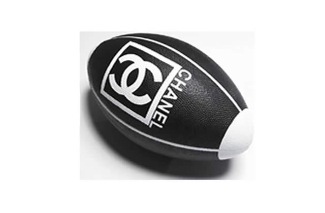 Un ballon de rugby siglé Chanel