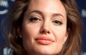 Angelina Jolie donne le sein