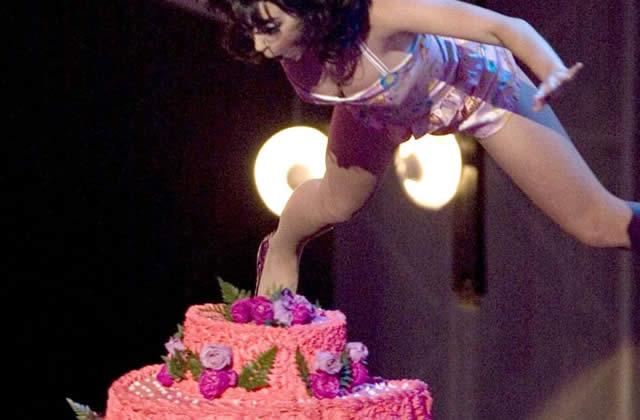 Katy Perry : un gâteau, ça glisse énormément