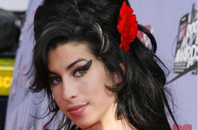 Amy Winehouse danse topless sur son balcon et va piquer une tête les seins à l'air