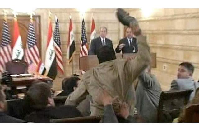 Bush accueilli à coups de pompes en Irak