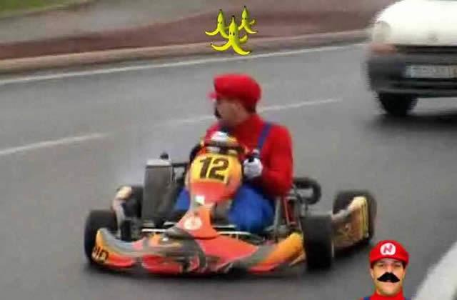 Rémi Gaillard (N'importe Qui) joue à Rémi-Mario Kart