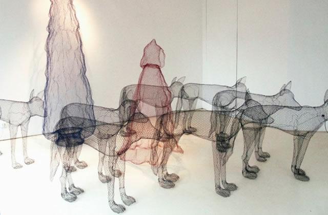 Du grillage féérique envahit la Fat Galerie à Paris