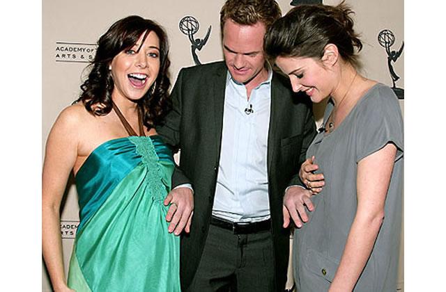 Comment les scénaristes de séries tv cachent une grossesse de 8 mois avec un pot de fleurs ?