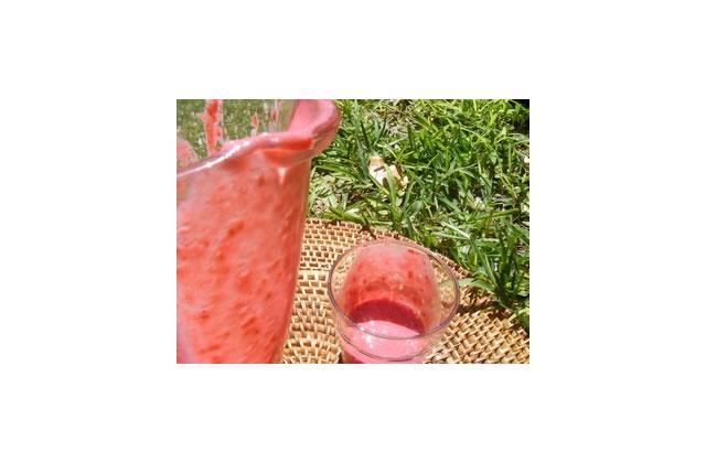 Délicieuse boisson fraiche aux framboises surgelées
