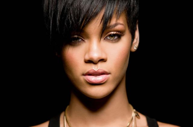 Rihanna porte des cache-tétons en soirée