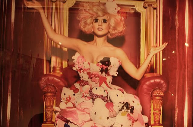 Lady GaGa habillée par Hello Kitty (Maouhh)