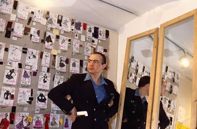 Christian Lacroix met la robe sous la porte