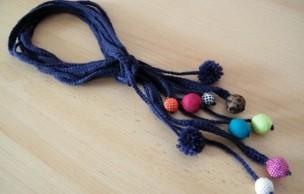 Lien permanent vers Tuto bijou : un collier en laine et perles en tissu
