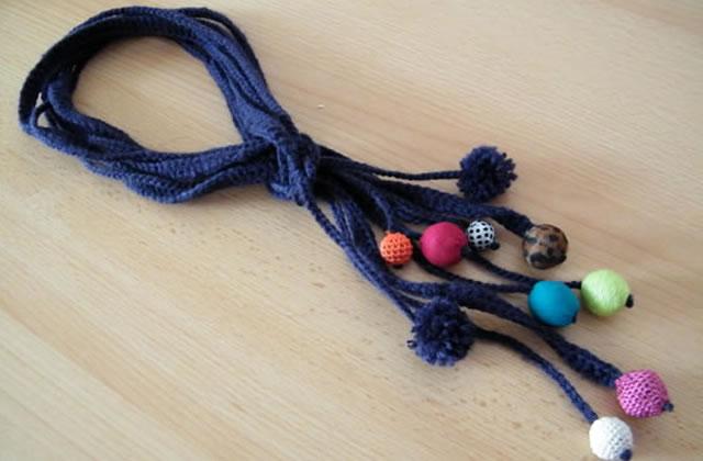 Tuto bijou : un collier en laine et perles en tissu