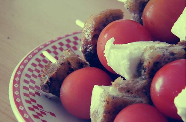 Recettes apéro – Toasts chèvre-oignons & brochettes tomates-mozza-pain à l'ail