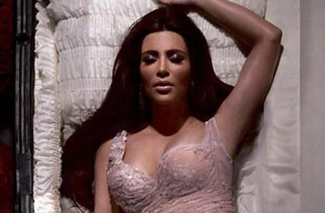 Kim Kardashian «meurt» pour une oeuvre de charité