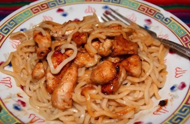 Nouvel An asiatique : nouilles aux oeufs, au porc et à la sauce d'huîtres