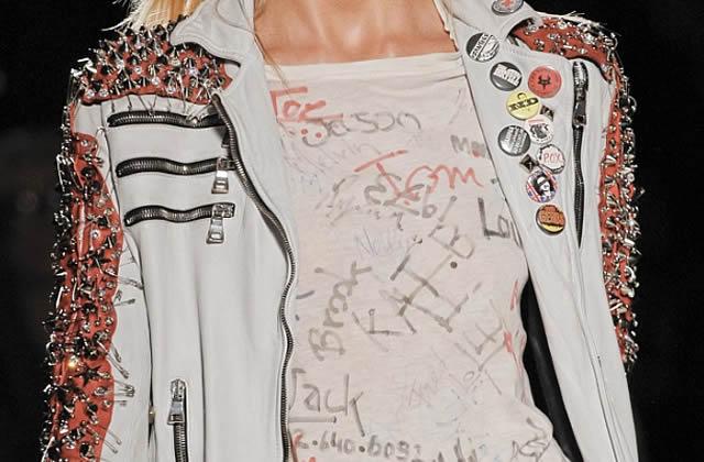 Le tee-shirt graffitis de chez Balmain