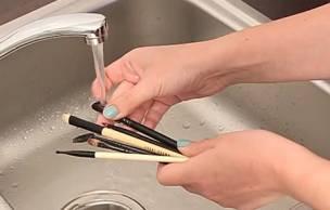 Lien permanent vers Tuto beauté – Comment nettoyer ses pinceaux ?