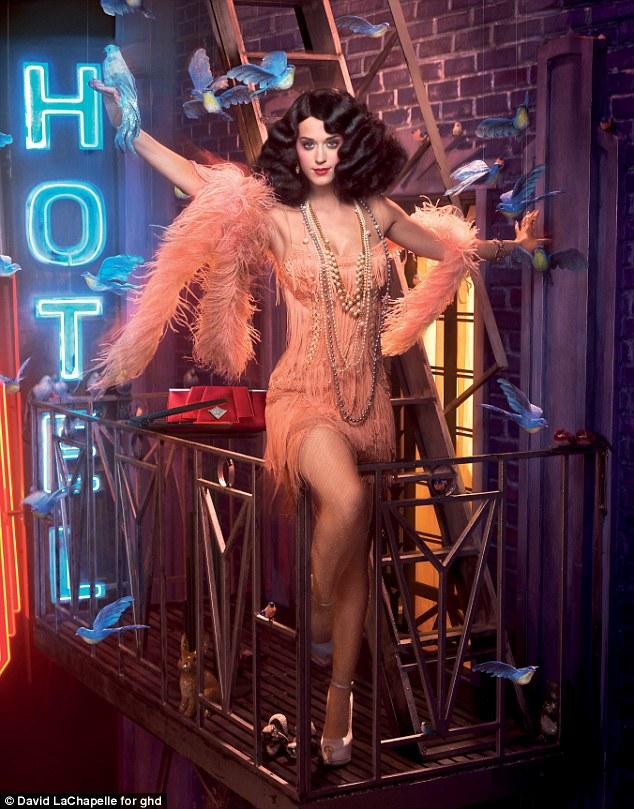 article 0 0E3A3ACD00000578 668 634x809 Katy Perry se la joue Blanche Neige dans une campagne de pub