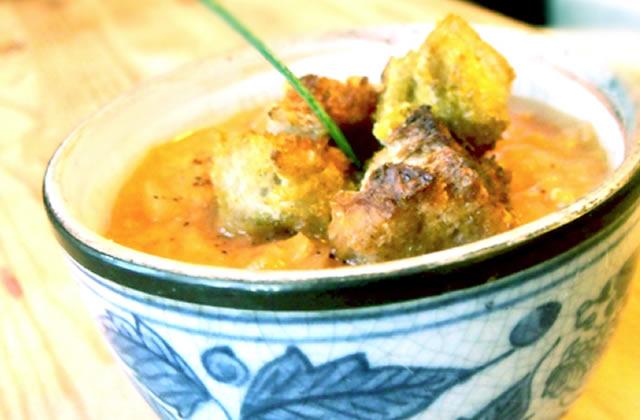 Recette de la soupe de lentilles corail, lait de coco et croutons au curry