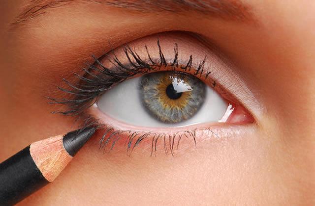 4 crayons pour les yeux au banc d'essai