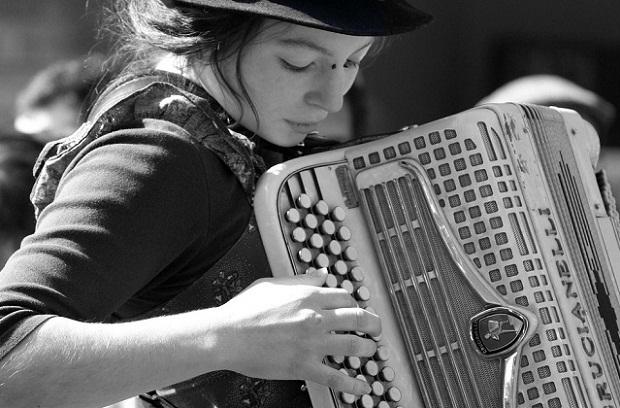 portrait accordeoniste1 Portrait dune jeune accordéoniste