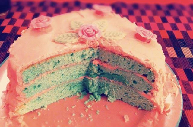 Recette du gâteau bleu-vert à 3 étages et glaçage rose