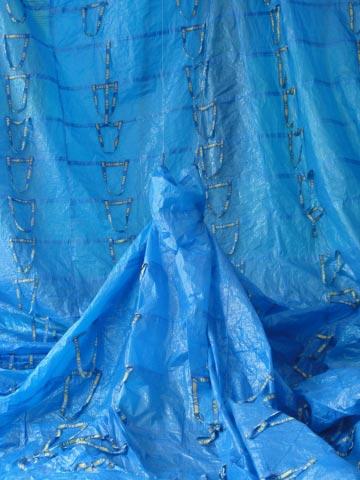 Une robe géante en sacs Ikea Robe1