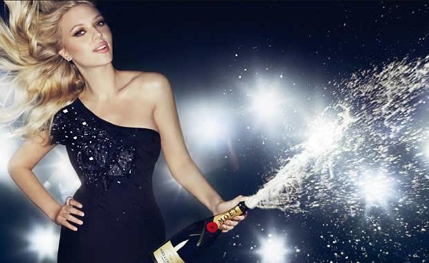 Get the attitude : Scarlett Johansson ejaculation feminine au champagne