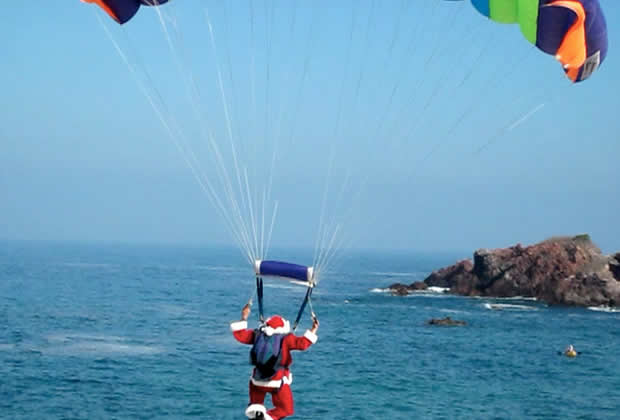 pere noel parachute Ces traditions de Noël que je piquerais bien aux autres pays