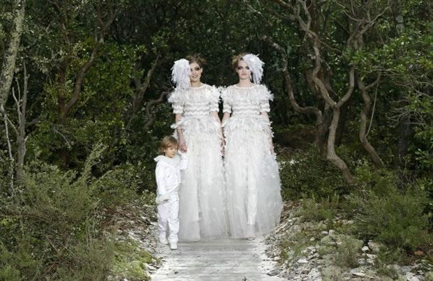 chanelmariee Deux mariées clôturent le défilé Chanel