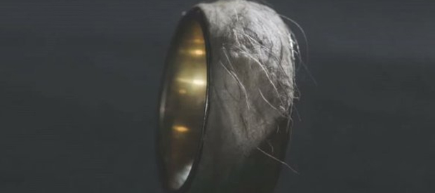 Une bague en peau humaine WTF mode ring