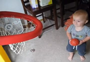 Un mini-virtuose du basket de 2 ans