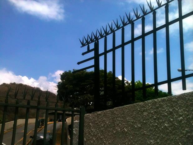 La capitale la plus dangereuse du monde   Carte postale du Venezuela grilles
