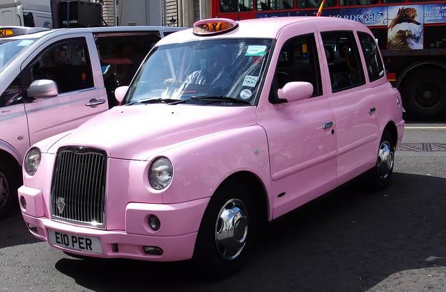 Des taxis roses par des femmes pour des femmes, et puis quoi encore ?