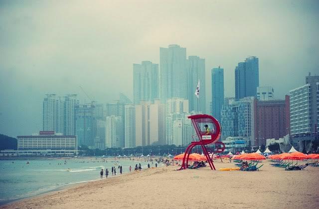 Sable blanc et buildings gris – Carte postale de Corée du Sud