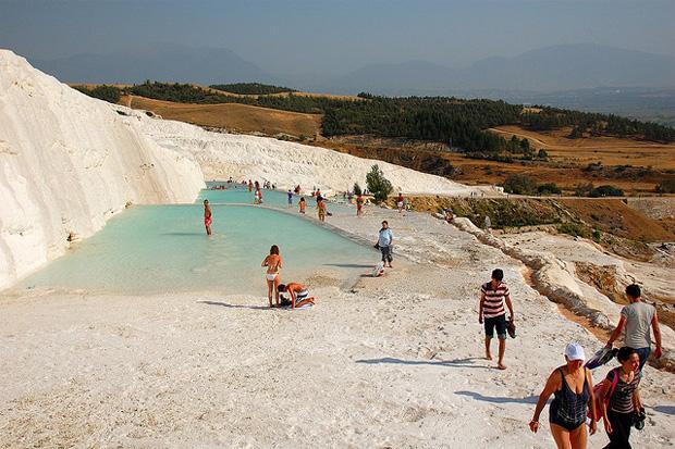Quatre (autres) endroits un peu fous où aller se baigner cet été  pamukkale2