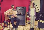 Cara Delevingne chante en acoustique (et c'est cool)