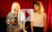 Micky Green chante « In Between » en acoustique