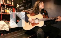 Emily Wells chante Mama's Gonna Give You Love en acoustique