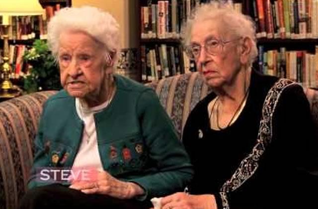 Des BFF centenaires discutent pop culture
