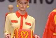 Jeremy Scott rend hommage à la pop culture pour son premier défilé Moschino