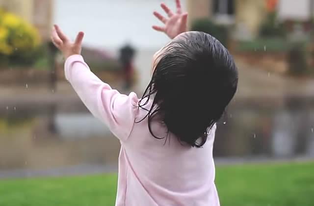 Kayden, 15 mois, découvre la pluie… et c'est magique !