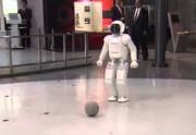 Lien permanent vers Barack Obama joue au foot avec un robot