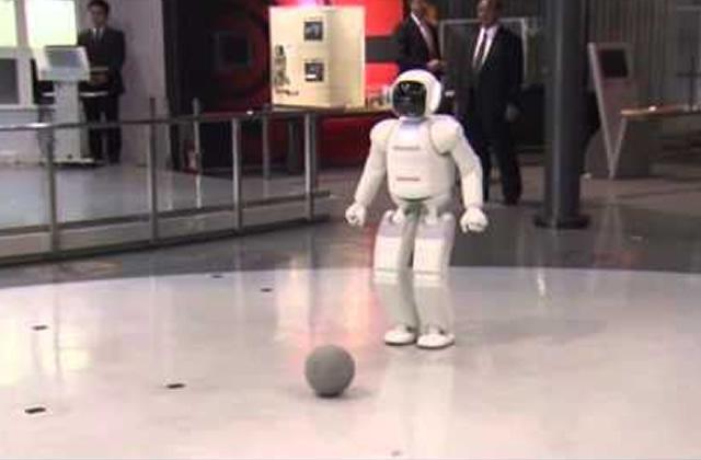 Barack Obama joue au foot avec un robot