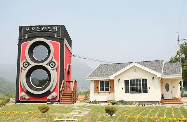 Le café en forme d'appareil photo géant