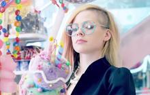 Hello Kitty, le nouveau clip d'Avril Lavigne bourré aux Skittles
