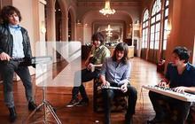 Gush joue « Siblings » en acoustique au Trianon