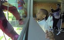 3 super-héros laveurs de carreaux font sourire des enfants malades
