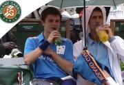 Lien permanent vers Djokovic pépouze pendant sa pause avec un ramasseur de balles
