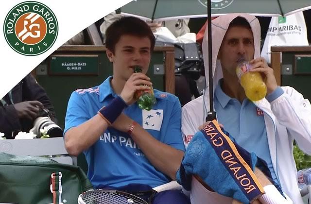 Djokovic pépouze pendant sa pause avec un ramasseur de balles