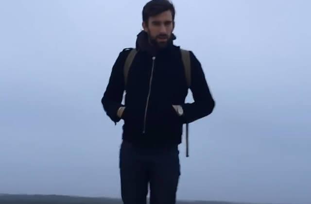 Éléphant raconte ses Voyages dans un clip
